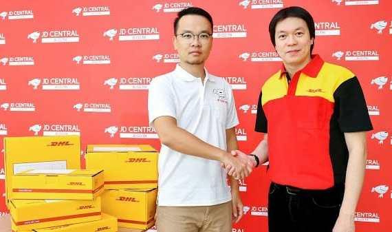 - 011  JDCENTRALengagesDHLeCommerce - DHL eCommerce ประกาศความร่วมมือกับ JD CENTRAL ส่งของรวดเร็วทันใจ