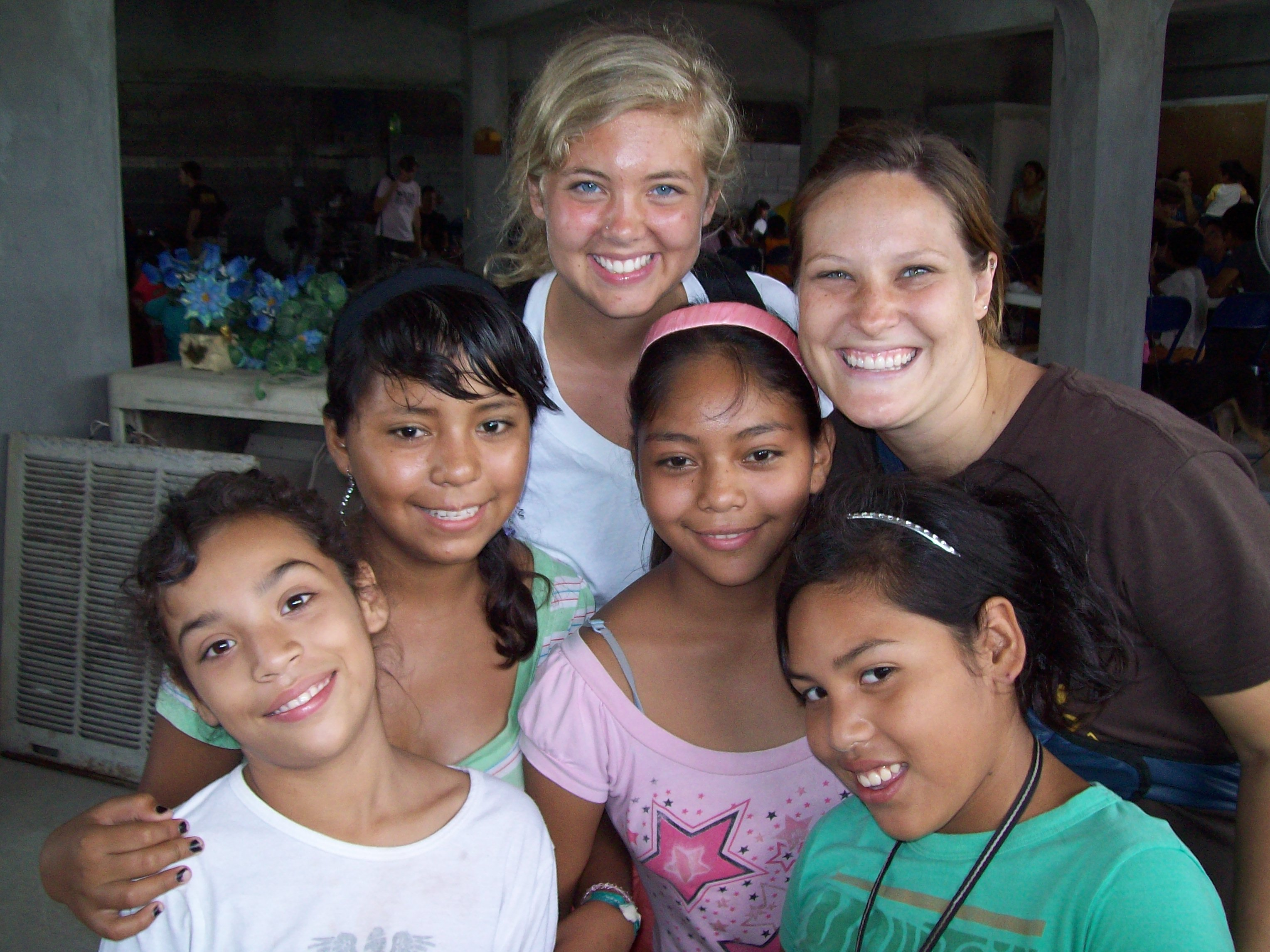 Emilee (back row, center), a 2009 Back2Back Mexico intern, along with Becca Gantz (right)
