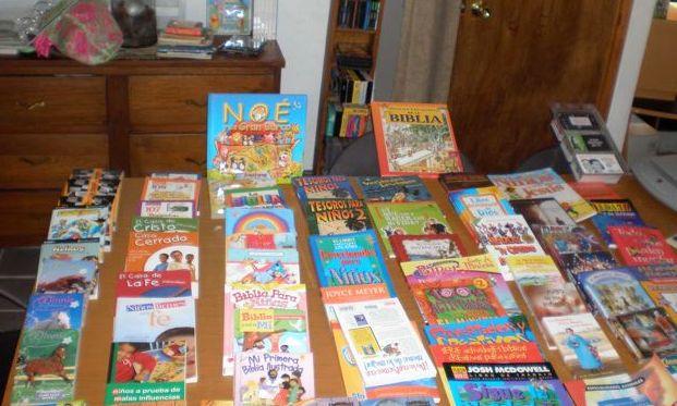 Bringing Books to Casa Hogar Douglas 2