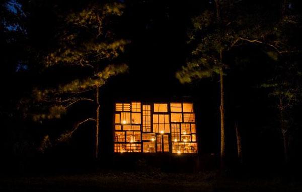 стъклена къща през нощта