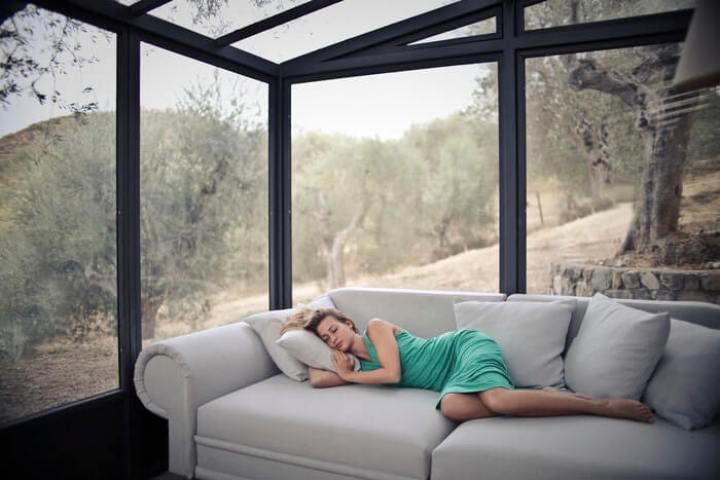 woman sleeping on sofa-best si joint pain sleeping position