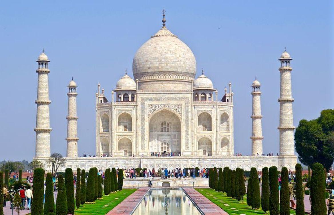 タージ・マハルは17世紀のムガル帝国時代にシャー・ジャハーンによって妃ムムターズ・マハルのために建てられた。
