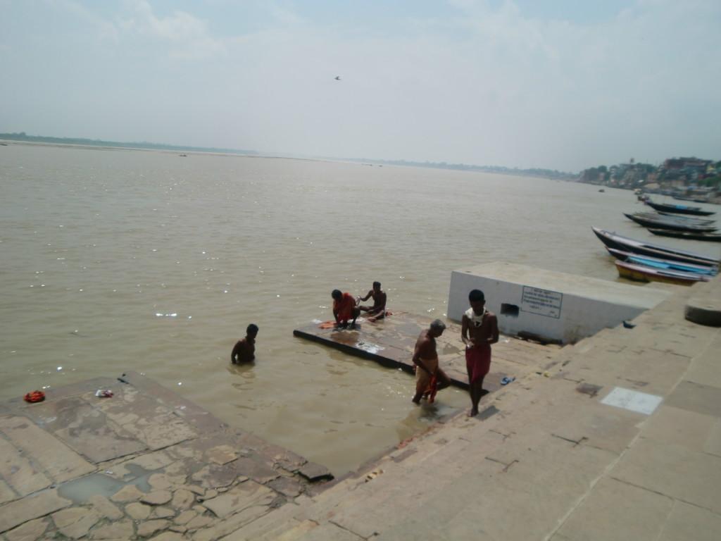 ガンジス河には子供たちも多く沐浴していました