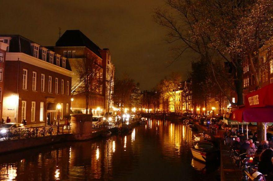 オランダの首都アムステルダムは「北のヴェニス」と形容されるほど美しい町。アムステルダムの町には、運河が幾重にも取り囲んでいて運河ツアーも楽しめます