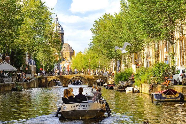 運河に囲まれるアムステルダムの町