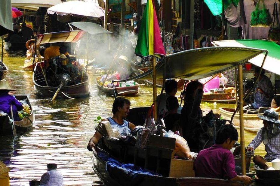 タイ・バンコクの水上マーケット