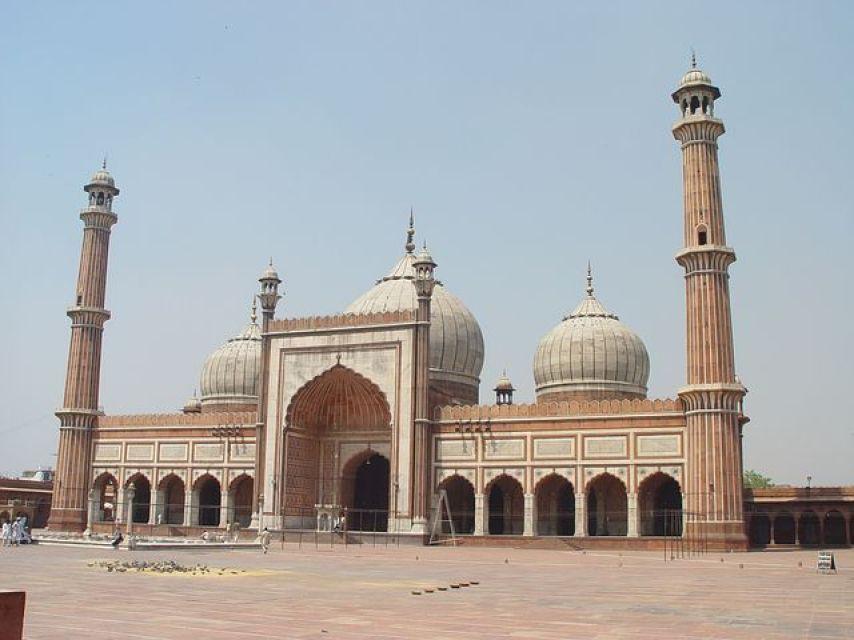 旧市街にそびえる巨大なモスク(ジャマー・マスジット)