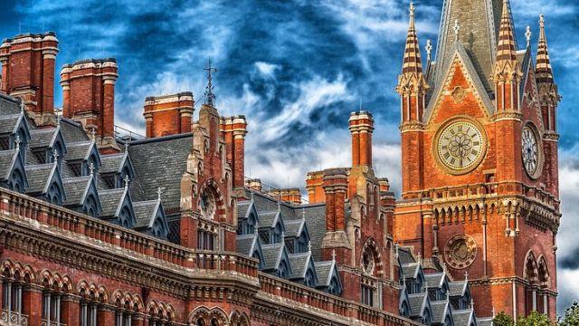 ロンドンにあるウェストミンスター宮殿とビッグベン