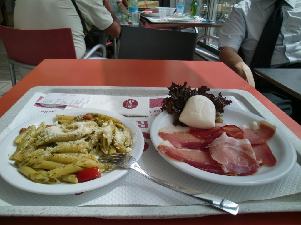 モッツアレラチーズと生ハムって、日本では食べたことない昼食の組み合わせ。激ウマ!