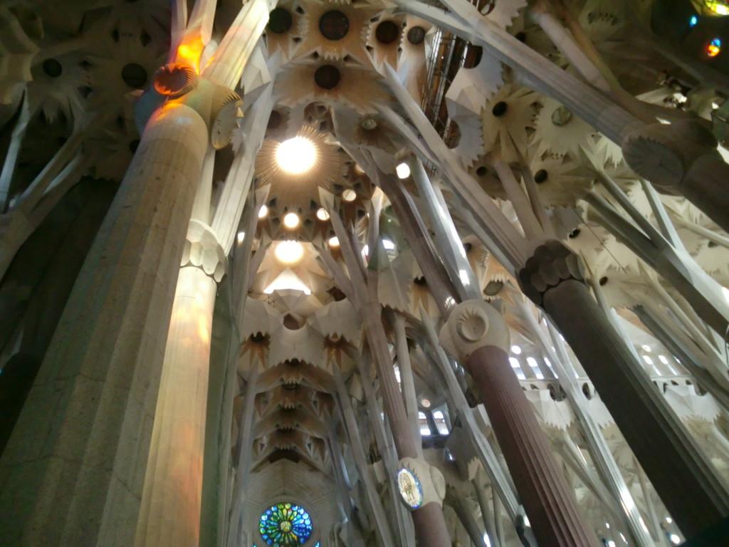 丸天井には殉教のシンボルであるシュロの葉がモチーフ
