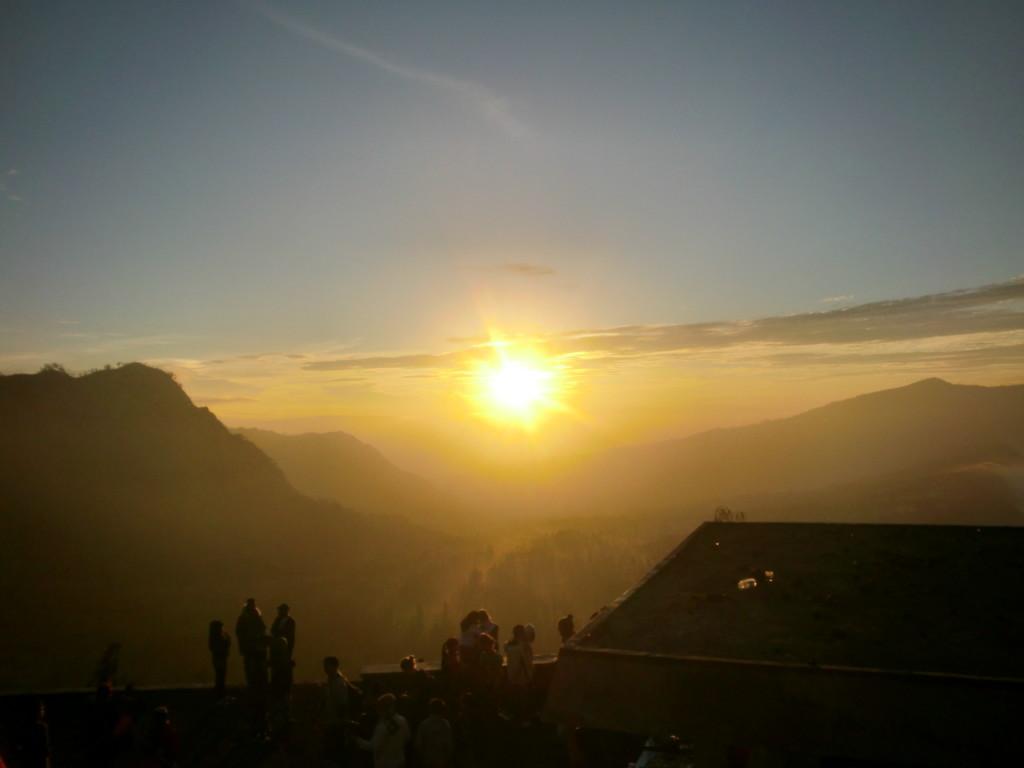雄大な日の出とともに現れる神秘的な光景に感動