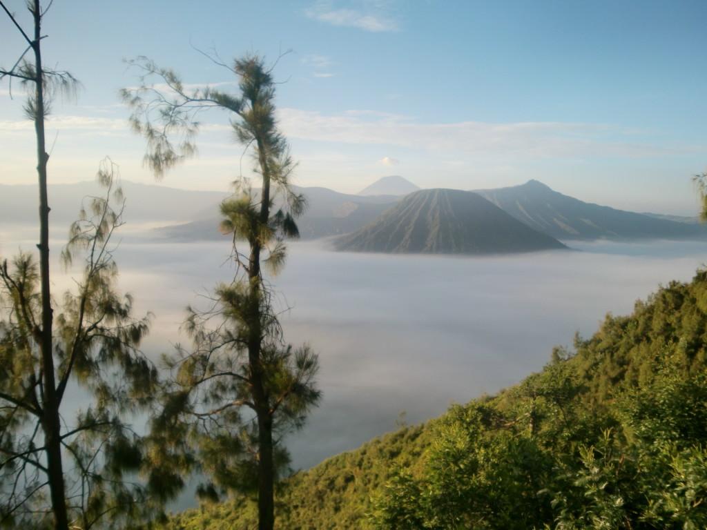 プナンジャカン山から望む朝日の余韻