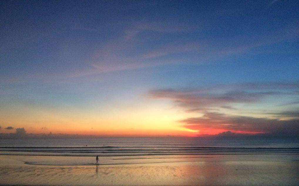 美しい夕日スポット『クタビーチ』でサーフィン