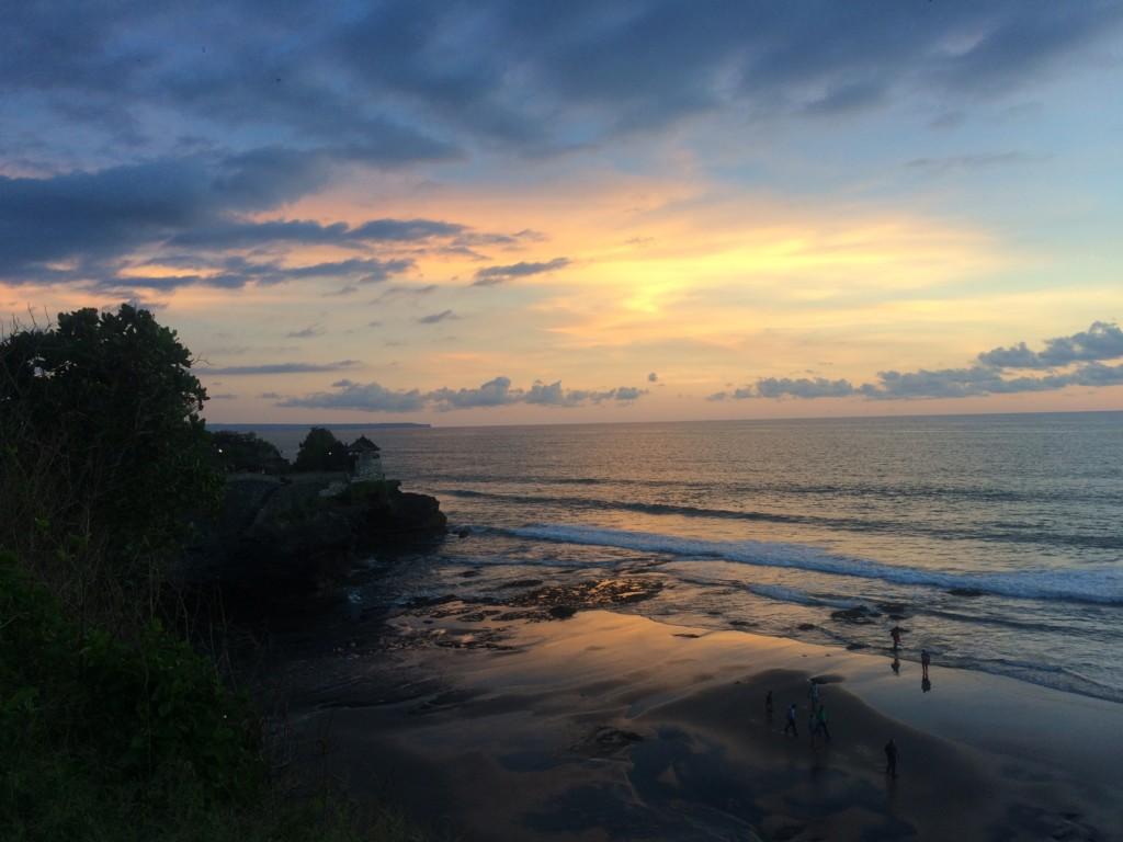 夕日に照らされる圧巻の光景『タナロット寺院』