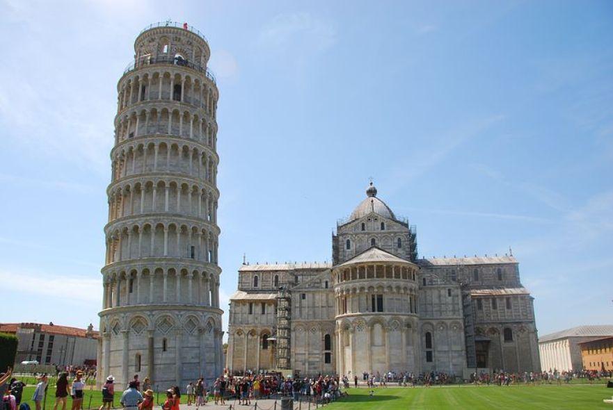 """12世紀に建てられた """"斜塔"""" で有名なピサは、ガリレオ・ガリレイが生まれた町"""
