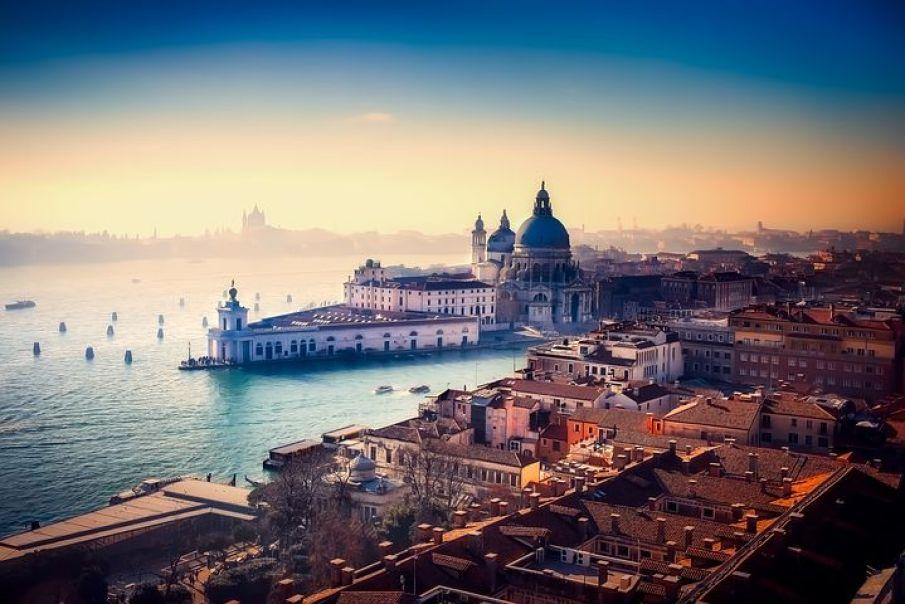 イタリアの都市ヴェネチアは、アドリア海の女王、夢の浮島といった愛称で親しまれる魅惑の町