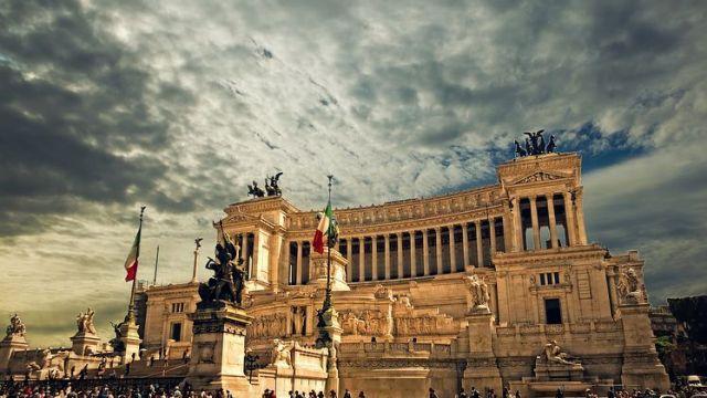 ローマはコロッセオや凱旋門など、数多くの歴史的遺産があふれる町。「ローマは、一日にして成らず」「すべての道はローマに通ず」といった数多くの名言が、かつてのローマの栄光を現代に伝えています。