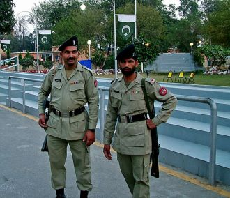 557px-Soldiers_at_Wagah_border