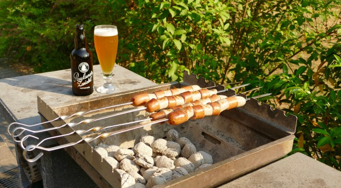 Schinken-Marktwurstspieße mit Röstzwiebeln, Sauerkraut und Kartoffelpüree