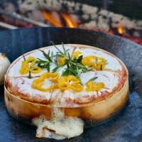 Scharfer Grill Camembert über Holzfeuer