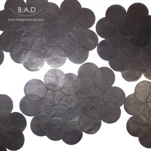 Composez et créez avec ce set de table en cuir noir.