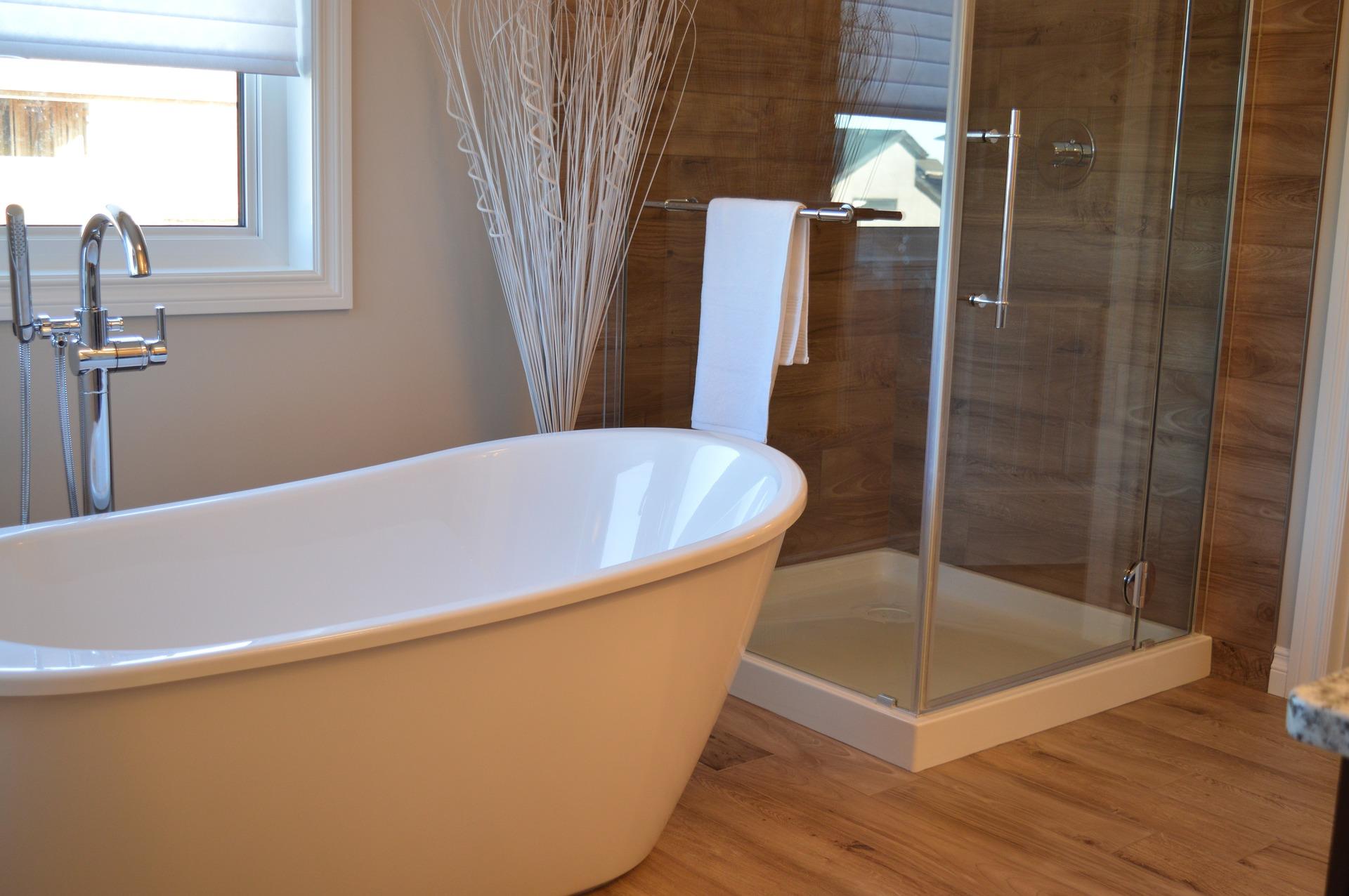 Dusche-Badewanne-Holzoptik