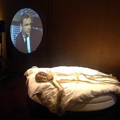 Thema Goldfinger, projectie op wand en 'gouden' Bondgirl.
