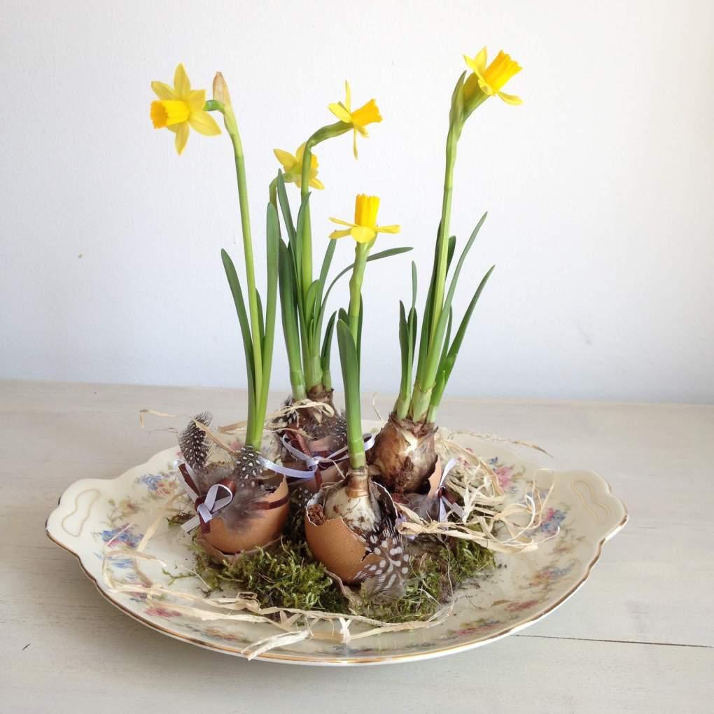 Paasei met voorjaarsbollen