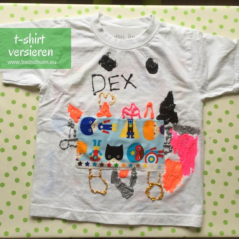 Versier je t-shirt met textiel stiften en een lapje stof! Leuk om te doen met een kinderfeestje of op een woensdagmiddag. Je vind hier het foto stappenplan!
