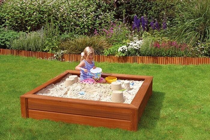 kinderen spelen in tuin