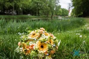 Hochzeit-Brautstraus-Blumen-Teich-Park-Baer.Photos-Fotograf-Holger-Bär