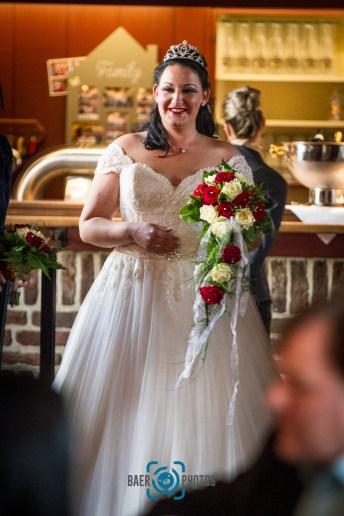 Hochzeit-Braut-Brautstrauß-Hochzeitskleid-Blumen-Rosen-Baer.Photos-Fotograf-Holger-Bär