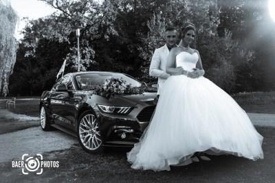 Hochzeit-Paar-Braut-Bräutigam-Hochzeitswagen-Brautwagen-Hochzeitskleid-Blumen-Dekoration-Deko