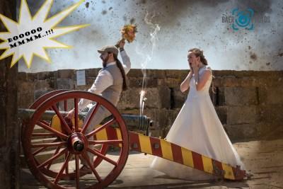 Hochzeit-Paar-Münchhausen-Kanon-Braut-Bräutigam-Brautkleid-Hochzeitskleid-Anzug-Brautstrauß-reiten-Spaß-Baer.Photos-Fotograf-Holger-Bär