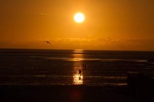 Baer.Photos-Fotograf-Holger-Bär-Sonnenuntergang-Strand-Leute-Moewe-Watt