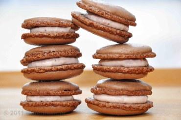 Schokoladen Macarons mit Erdbeer Frischkäse Füllung