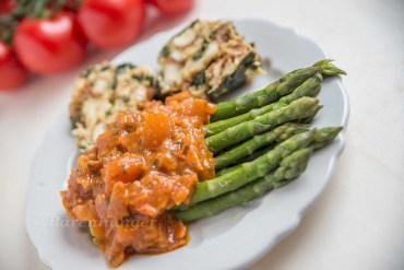 Bärlauch Brezel Knödel mit Spargel und Tomatensauce
