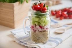 Quinoa Salat mit Radieschen und Kräutern