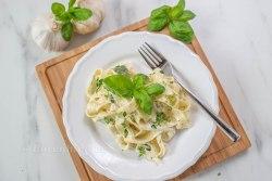 One Pot Pasta mit Basilikum, Zitrone, Thymian, Mais und Ricotta