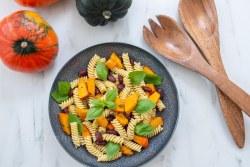 Herbstliche vegane Pasta mit Kürbis und Bohnen