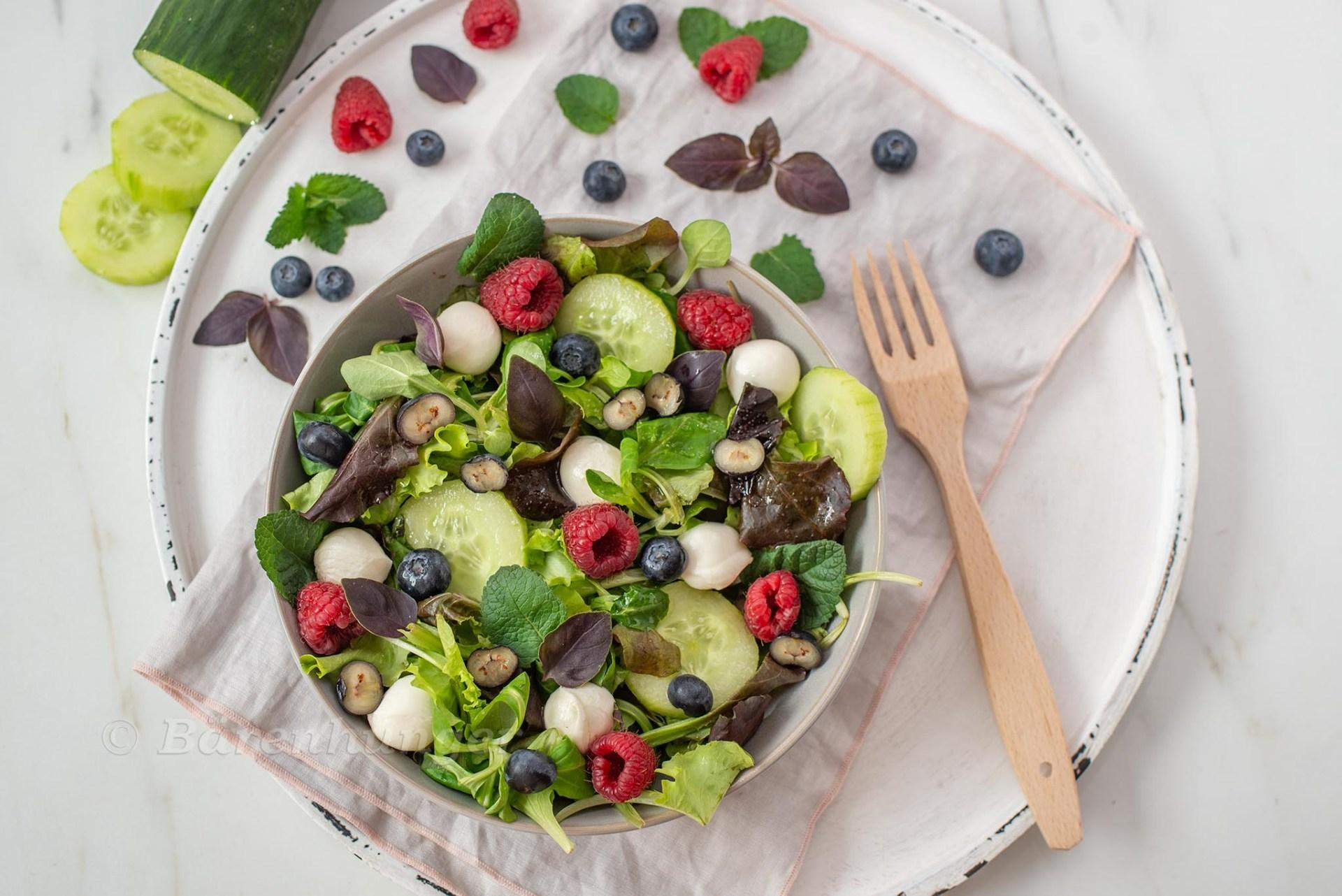 Sommerlicher Salat mit Beeren, Mozzarella und Minze