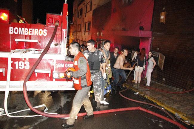 Incêndio em boate deixa centenas de mortos e feridos em Santa Maria (foto: divulgação Deivid Dutra / A Razão)