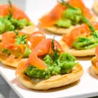 Blinis med laks og avocado