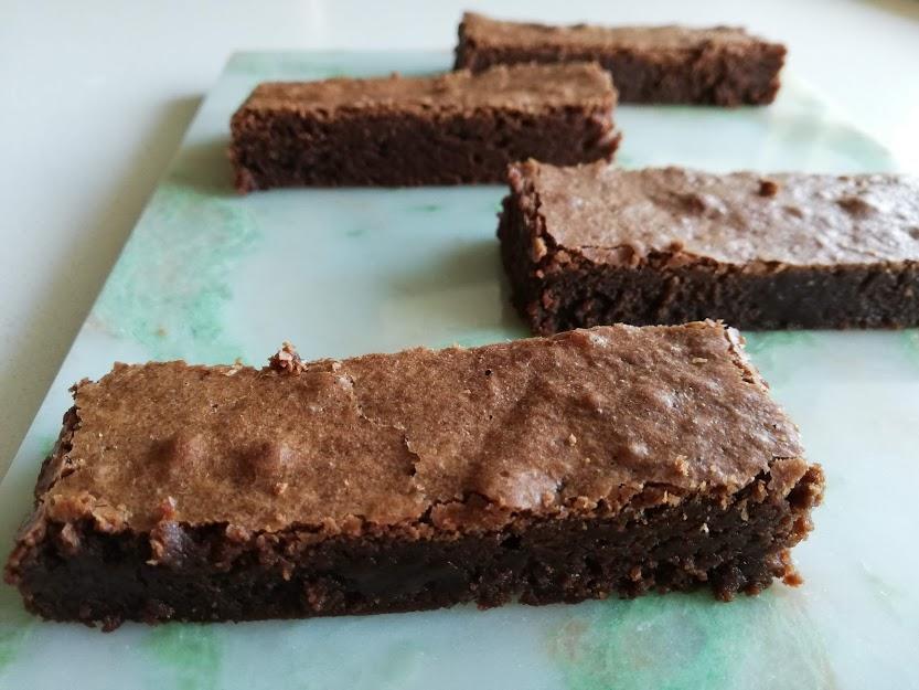 Brownie er et sikkert hit hjemme hos os. Det er den kage min teenage-dreng, spørg om jeg ikke godt vil bage, hvis han skal bestemme kage. Så jeg har udsat familien, for mange test smagninger af brownie, før jeg syntes den var lige i skabet. Men nu er det lykkes, med at få en brownie som vi elsker den. Den er klisteret, smager af chokolade og lidt tung i det. En rigtig dessert kage, som også bare er rigtig lækker, hvis man vil have et godt stykke kage, til en kop te eller kaffe. Denne opskrift er uden nødder, chokoladestykker eller andet, men det kan man sagtens tilsætte.