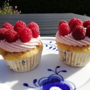 Hindbær cupcakes, med friske hindbær og frysetørret hindbær. En dejlig cupcakes, som smager af, sol, sommer og friskebær. Der er ikke noget bedrer end, om sommeren når haven bare giver og giver af friskebær og frugter. Denne hindbær cupcakes tager ikke så lang tid at lave, men de skal lige være helt afkølet, før man pynter med frosting og bær. Så frostingen ikke smelter. Der skal lidt tålmodighed til, når man laver dem. Hvis man ikke har, eller er til hindbær, så kan man skifte de frysetørret hindbær ud med frysetørret jordbær, og pynte dem med friske jordbær, det smager også rigtig dejlig.