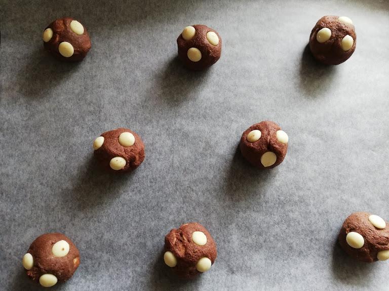 Chokolade cookies er altid et hit. De er hurtige at lave, men forsvinder hurtigt her hjemme. Den ene dag sagde jeg, at jeg lige ville bage nogle cookies, min mand syntes det var lidt sent jeg ville bage. Vores søn kom mig til undsætning og sagde, det er aldrig for sent at bage cookies  Det blev disse chokolade cookies jeg bagte, og de var så dejlige som dessert, efter aftensmaden med en kop kaffe.