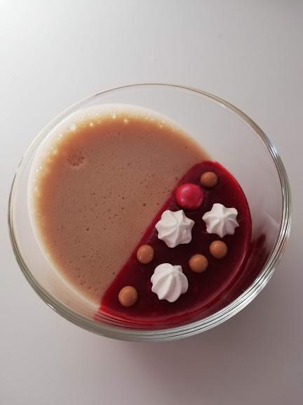 Ruby mousse med hindbær couis fra oven. Nogen gange så vil man gerne lave en dessert der ser ud af rigtig meget, men som måske ikke tager alt for lang tid, eller kan laves dagen i forvejen. Denne dessert med Ruby mousse og hindbær coulis kan laves dagen før den skal bruges, og så bare pyntes når den skal serveres. Hvis man stiller glassene på skrå som jeg har gjort ser det virkelig fedt ud, og det imponere gerne ens gæster. Man han også lave den hvor glassene ikke har vært på skrå og så ligge hindbær coulis på toppen, det ser også rigtig fint ud. Lige meget hvordan man laver den, så smager den helt fantastisk. Den søde Ruby mousse og smagen fra den syrlige hindbær coulis passer bare rigtig godt sammen.