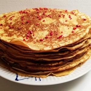 pandekager. Min søn på 16 år kom på et tidspunkt hjem fra efterskole, og fortalte det var en dårlig bageside jeg havde, for der var ikke nogen opskrift på pandekager, og det havde han haft brug for på skolen. Han sagde det heldigvis med et smil på læben. Så måtte jeg jo få lagt en opskrift, på helt normale pandekager på bloggen. Så E. disse pandekager er til dig, jeg håber du vil få lavet dem rigtig mange gange. Når det gælder pandekager, så er det jo vigtigt at huske på, at International pandekagedag altid falder på den første tirsdag efter fastelavn. Det er jo en meget vigtig dag, vi får altid pandekager den dag 