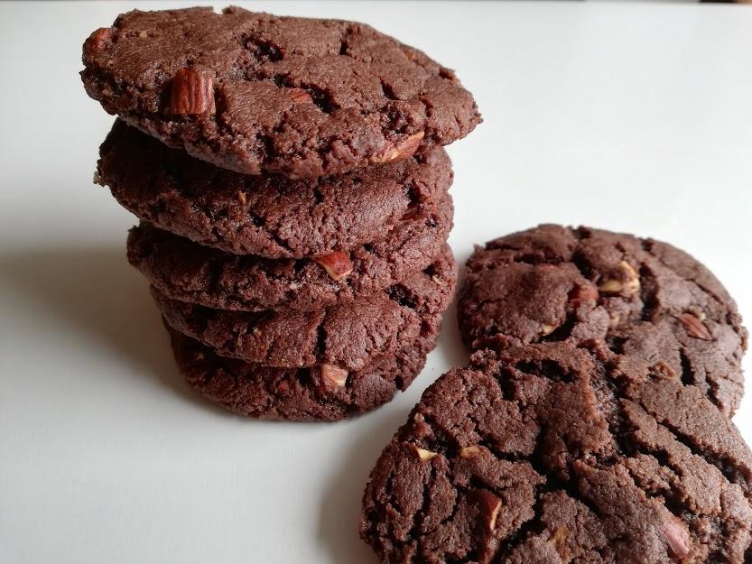 Brownie cookies med salt. Disse brownie cookies med salt mandler smager virkelig meget af chokolade, men det har også været planen. Vi er ret vild med brownie og cookies her hjemme, så er det da oplagt at kombinere det i en kage. Lige som i en brownie så skal chokolade smagen være kraftfuld og kagen blød, det er disse brownie cookies også. Hvis man mere er til en sprød cookies, så kan man bage dem lidt længer, og det bliver de ikke dårligere af. Så er du til chokolade, så er dette lige cookien for dig.mandler.