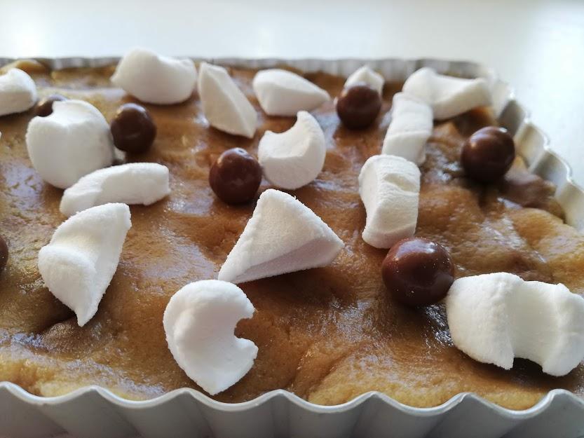 cookies bars inden den er bagt. Disse cookies bars med karamel og skumfiduser smager bare så godt. De er dejlig sprøde uden på og bløde seje inden i. Hvis man spiser dem lune så er skumfiduserne dejlig seje. De er et stort hit her hjemme, en dejlig cookies forklædt som bars eller kage. De vil også være super lækker som dessert med i til.